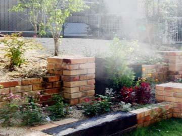 立体的な奥行感のある庭の写真