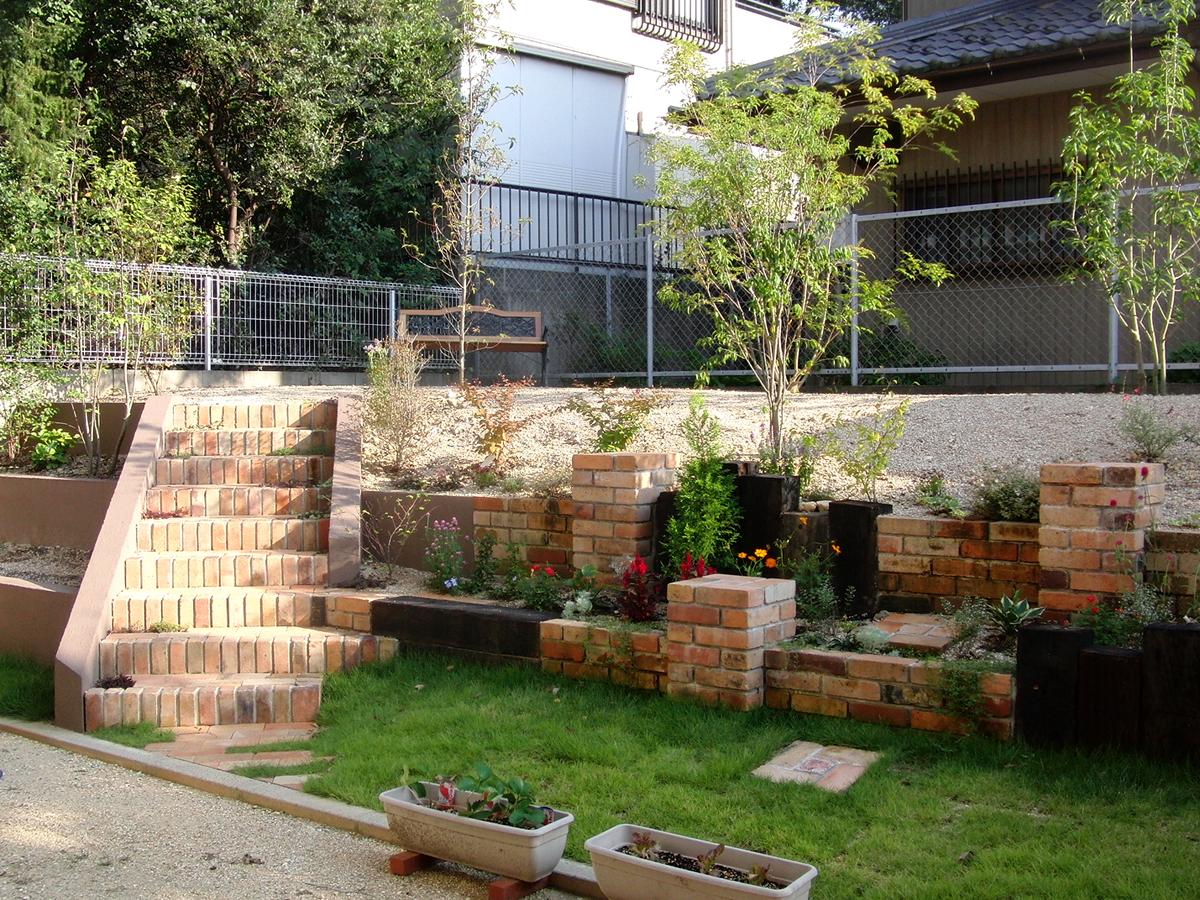 古レンガの階段がある庭のメイン写真