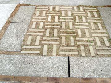 緑化ブロックの駐車場の写真