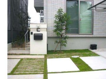 植生ブロックの駐車スペースの写真