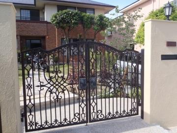 アイアン門扉越しの庭風景の写真