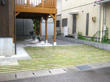 緑を取り入れた駐車スペースの写真