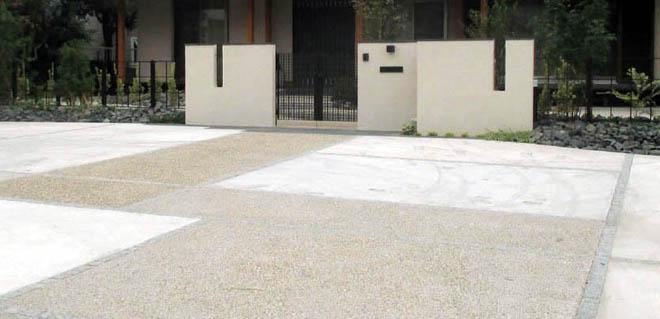 アプローチを兼ねた駐車場の写真