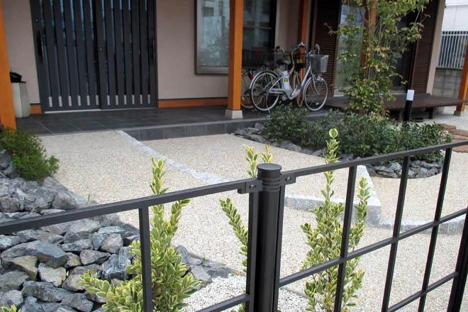 玄関前に趣きを与える植栽スペースの写真