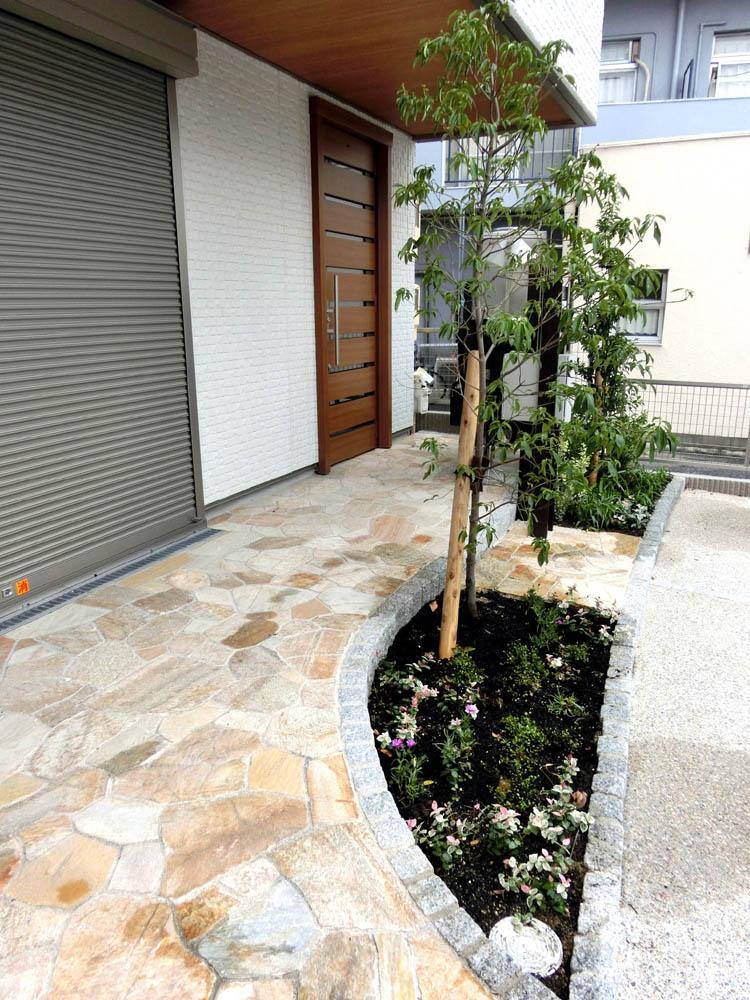 アプローチ横の植栽スペースの写真