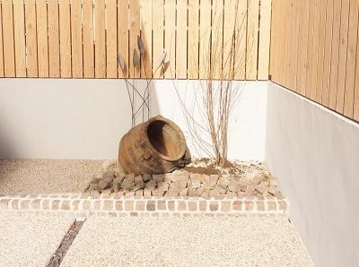 旧宅の壺を魅せる植栽スペース。の写真