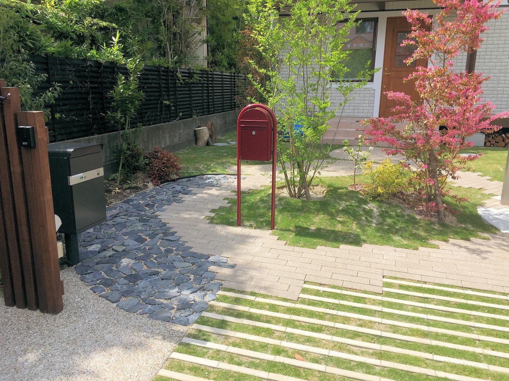 植栽帯を通って玄関への写真