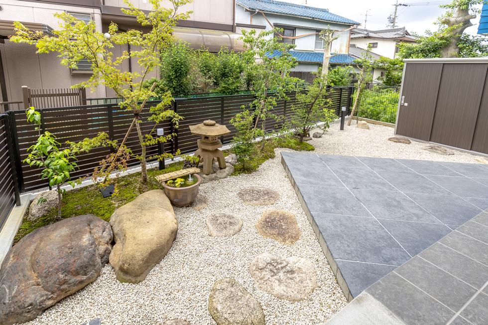 既存の石材を使用したモダンな和庭の写真
