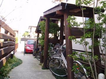 丸太で造った自転車置き場の写真