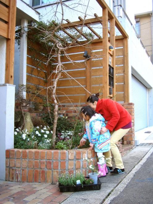 親子がふれあう花壇の写真
