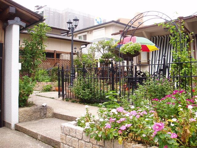親しいお友達とホームパーティーを楽しむ庭のメイン写真