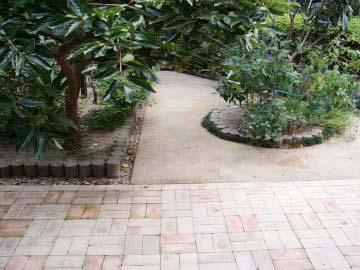真砂土を固めてつくる舗装の写真
