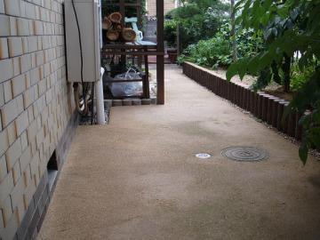 北側のアプローチも真砂土コンクリート仕上げの写真