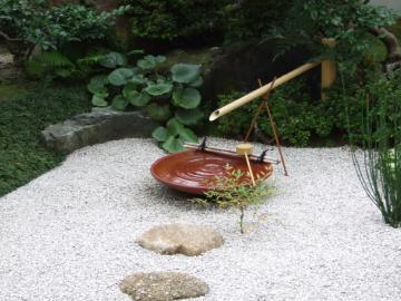 信楽で特別に作成した大きな水鉢の写真