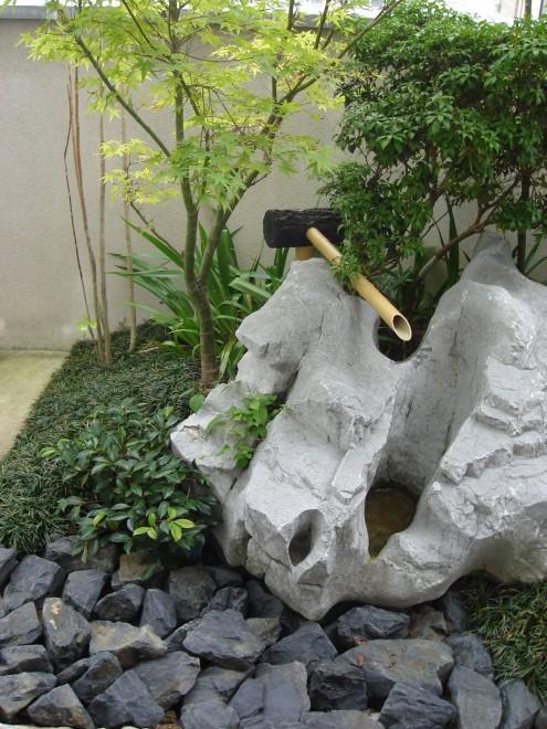 不成型な石をつくばいにの写真