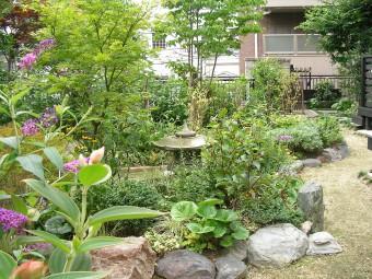 自然石をリサイクルした花壇の写真