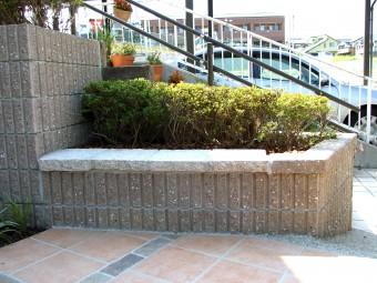花壇の高さを利用したベンチの写真