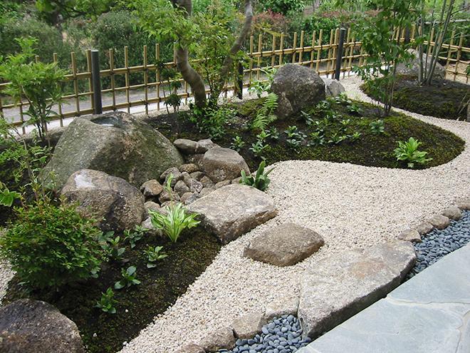 樹木や自然石の豊かさを感じる庭のメイン写真