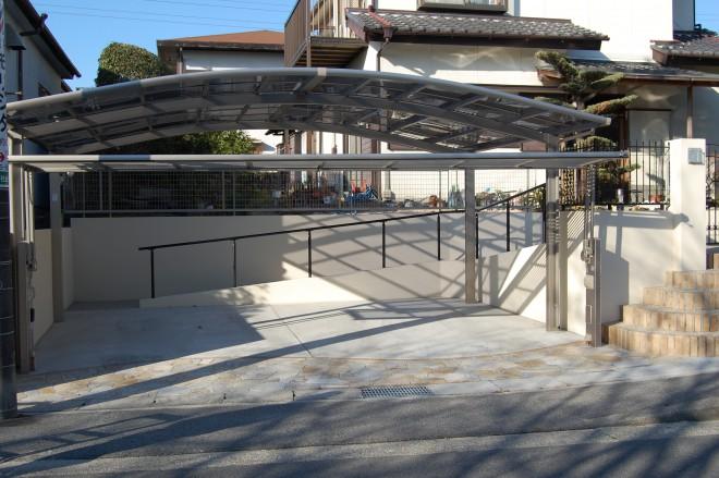 自動オーバーゲート付きの駐車スペースの写真