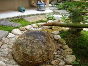 水の調整を家の中からの写真