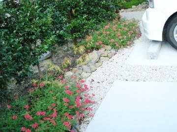 植栽スペースで駐車場が華やかにの写真