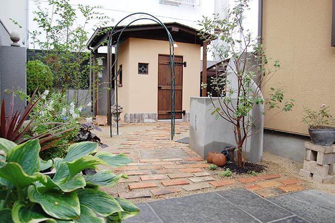 小屋を風景に入れた庭のメイン写真