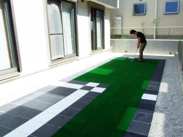 おうち時間はゴルフの練習!の写真