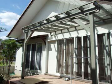 光が入る透明の屋根材の写真