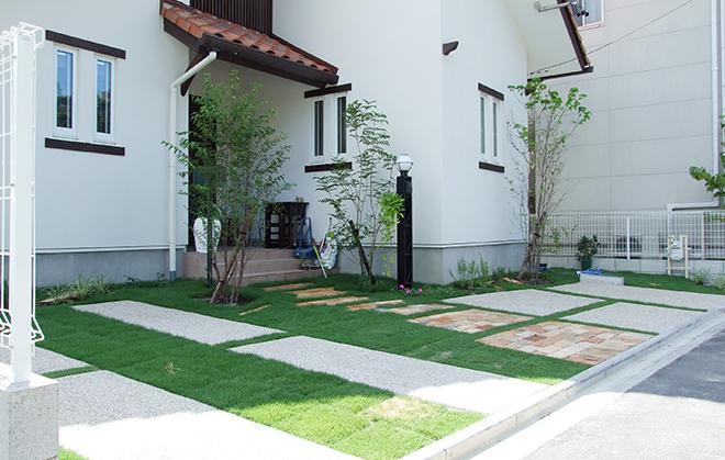 緑が一面に広がる駐車スペースの写真